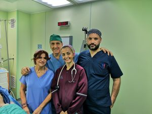 Τα μέλη της ομάδας μας: Γιάννης Αραπάκης νοσηλευτής ενδοσκοπικού. Σουζάνα Μπούνα προϊσταμένη ενδοσκοπικού. Σάντρα Κρανά αναισθησιολόγος.